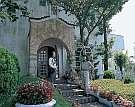 グルメペンション伊豆パシーフィック:教会風玄関の回りには四季の花々がお出迎い