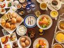 """【ご朝食】約50種類の豊富なメニューを""""バイキング形式""""で。""""絶景スカイラウンジ""""にてお楽しみ下さい。"""