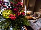 2階 メインバー キャプテンズバー 色彩豊かなお花が、気分を和ませます。