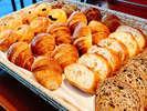 パンは小ぶりで多種類ご用意しています