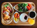 客室でゆっくり召し上がりたい方や朝の準備でお忙しい方には「お届け朝食」。