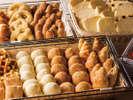 朝食バイキングでは、約10種のパンも食べ放題です。