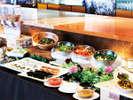 朝食は洋or和の定食に、野菜料理やシリアル、デザートなどのミニブッフェがセットになっております