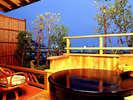 *素翁亭/月見台(テラス)にある専用の露天風呂で贅沢な時間を