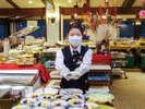 【夕食ブッフェ】スタッフがお取り分けするカフェテリア方式にて営業