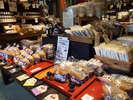 *【周辺】地元の名産品の味噌や醤油を販売しています。