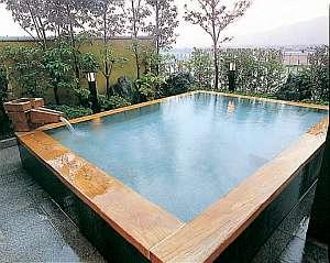 ◆4階の檜露天風呂◆男女日替りとなります。檜の香りとダブル美肌の湯をお愉しみください。