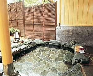 貸切露天風呂・備長炭『白寿の湯』。他に天然自然石、ひのきがあり、3種類共に川側に面しております。
