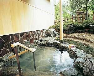 貸切露天風呂・天然自然石『はなの湯』。他に備長炭、ひのきがあり、3種類共に川側に面しております。