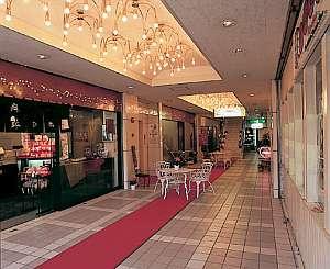 1階、2階には飲食店などテナントが14店舗あり便利。