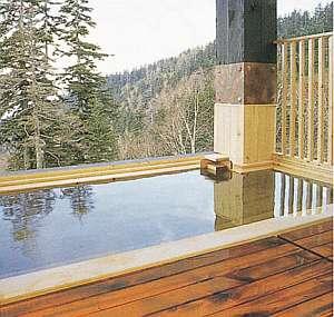 屋根付の露天風呂は総木造となっており木のいい香りをお楽しみ下さい
