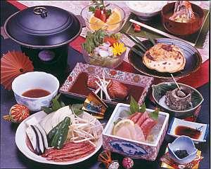 新鮮なお刺身や金目鯛の煮付けも付いた通常料理の一例(季節により一部内容の変更あり)