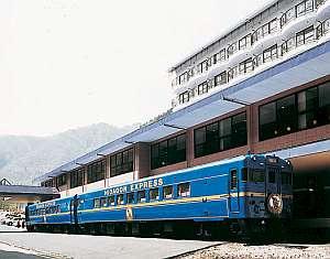 カラオケ列車。北海道で実際に走っていた列車を二次会場として改造しています。