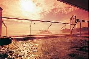 露天風呂から見える夕陽。時間とともに移ろう琵琶湖八景の景色と尾上の湯が旅の疲れを癒す。