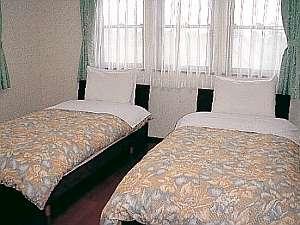 デザイナーズベッドを使用し、清潔に整えられたお部屋。どのお部屋も陽射しがたっぷり注ぎ込んで明るい