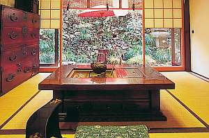 畳敷きのロビーにて、骨董品などが飾られている