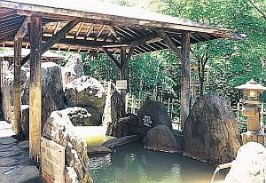 【天然温泉】夏の露天風呂・青々とした木々の森林浴をお楽しみ頂けます