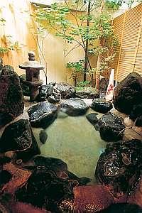 岩の貸切露天風呂で旅の疲れも癒される(無料)