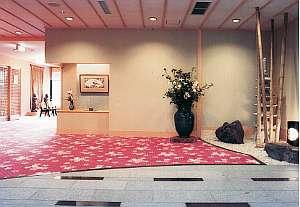 ロビーには日本絵家、中村寿夫や芸術家の作品などを展示