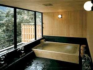 木の香りに癒されるお風呂。15:00~23:00までご利用可能。
