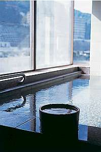 2階眺望風呂     湯船からは武庫川の流れが眼下に広がります。