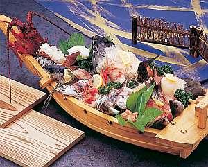 【舟盛4人前一例】目の前の港で水揚げされたばかり。ボリューム満点の旬の地魚