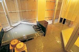 2名様程度がちょうどいい大きさの、露天風呂付貸切家族風呂。