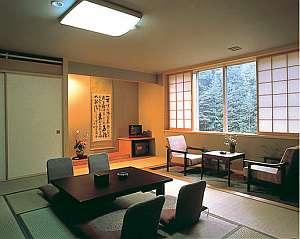 ゆったりくつろげる和室は、窓辺にまで四季の野鳥が来る
