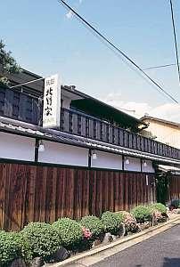 格子戸をガラッと開けると昔ながらの京風情がたっぷり