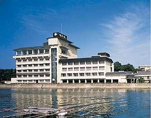 海に浮かぶ「福寿荘」へは舟に揺られて3分