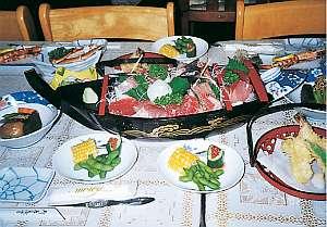 舟盛・天ぷら・季節の地魚の焼き物等、お料理自慢の宿