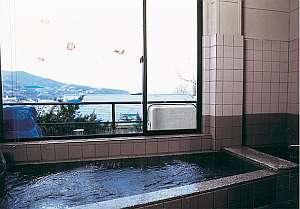 2階にある展望風呂は眼下に真鶴港を望む。二股ラジウム温泉を導入いたしました。