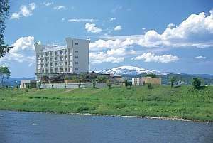 全室リバービューの近代的なリゾートホテル