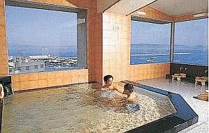 ガラス張りの展望浴場からは紀淡海峡が一望