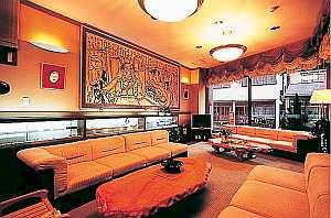 地元出身の画家が描いた日本画が印象的なロビー
