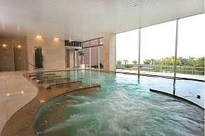 大きな窓の外に大海原を一望する眺望内風呂(男性浴室)