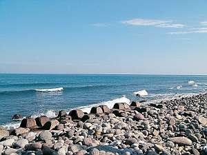 鳴り石の浜(当館目の前)波がくるたびにカラコロ音が鳴る♪パワースポット!