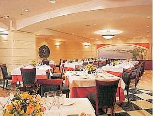 館内には地中海料理や日本料理などのレストランも有!