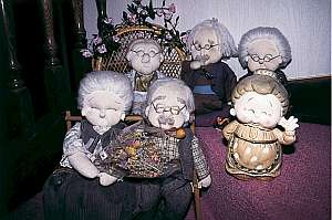グランパ、グランマの手作り人形が笑顔でお出迎え