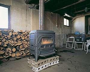 夏の間でも薪ストーブをたく。風のそよぐ別天地の気候