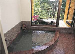 24時間いつでも入浴OKの岩風呂と露天風呂は貸切でのんびりとご利用頂けます