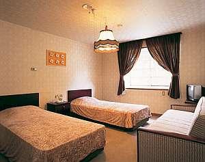 *2ベッド+ソファベッドのお部屋。バストイレ付で快適にお過ごしいただけます。