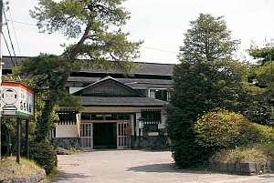 自然に囲まれた昔ながらの和風旅館