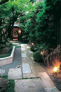 石畳を歩いて風情ある宿へ到着