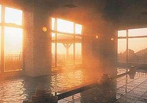 湯けむりが朝日に染まる大浴場
