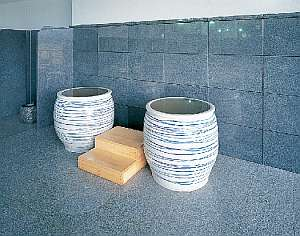 和・洋大浴場両方にあります壺風呂.島根県「石州宮内窯」で焼かれた石見焼壺のお風呂です.