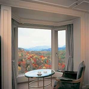 大きな窓からは錦色に染まった国立公園の大自然を楽しめる