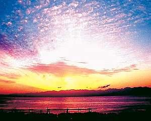 夜明け前の富山湾。刻々とその表情を変える