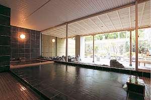 檜の内風呂。3本の自家源泉から引く濃厚なブレンド湯をお楽しみください。