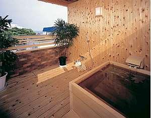 海を渡る風を感じながら入る貸切露天風呂